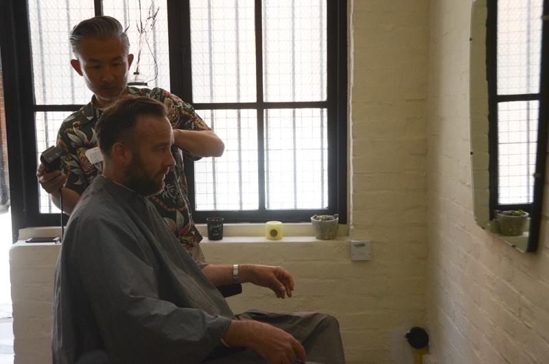 髪を切り、乾かし、スタイルをつくる店。