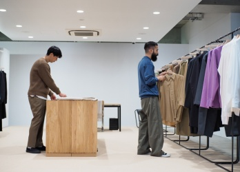 南青山に待望の直営店が誕生した、新大人服「オーラリー」。その店づくりに密着し、人気の秘密を探ります。