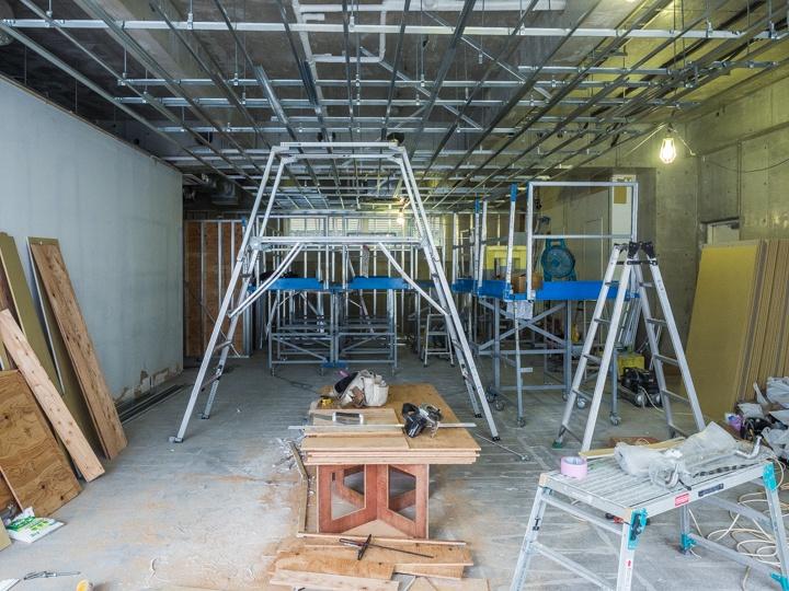 コンクリート構造の空間を、穏やかな部屋に改造したプロセス