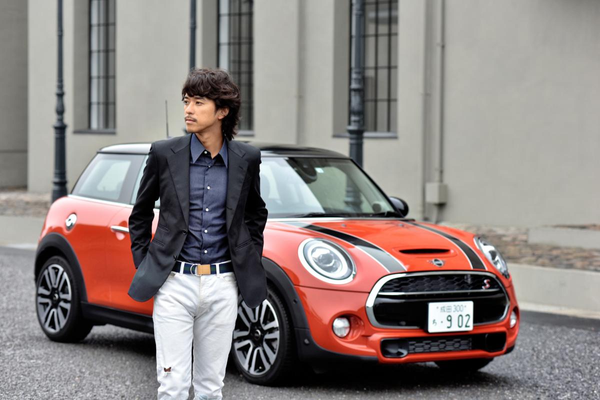 時代の先端を走るクリエイター小橋賢児さん、 ふたつのスタイリッシュなMINIのデザインに気分が上がります。