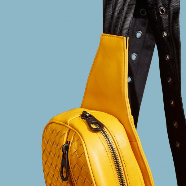 """バッグを洋服のように """"着る"""" 、旬のスタイルを生む5ブランドによる新提案を楽しむ。"""