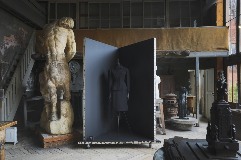 国民的彫刻家の作品に、バレンシアガの「黒」が並ぶ。