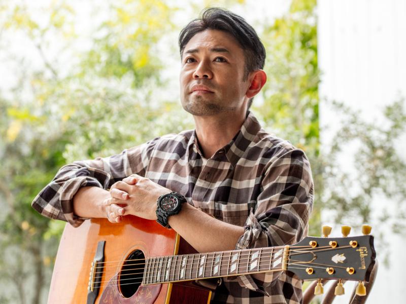 シンガー・ソングライター河口恭吾さんが着ける、 最新のG-SHOCKは、オン・オフどちらでも活躍します。