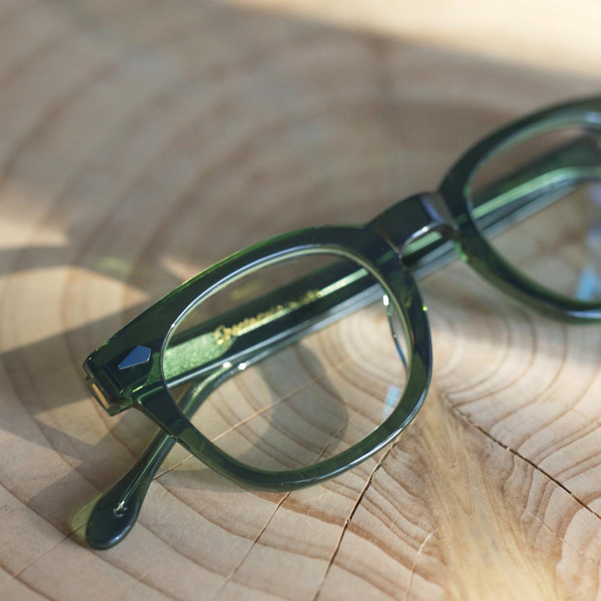 スペクタクラーズ――ヴィンテージを彷彿させる、精巧なカラーセル眼鏡。