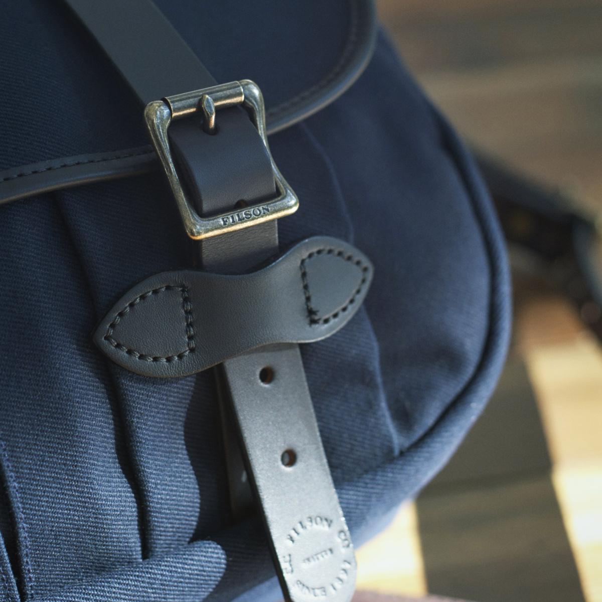 フィルソン――古きよきアメリカを知る、丈夫なミディアムフィールドバッグ