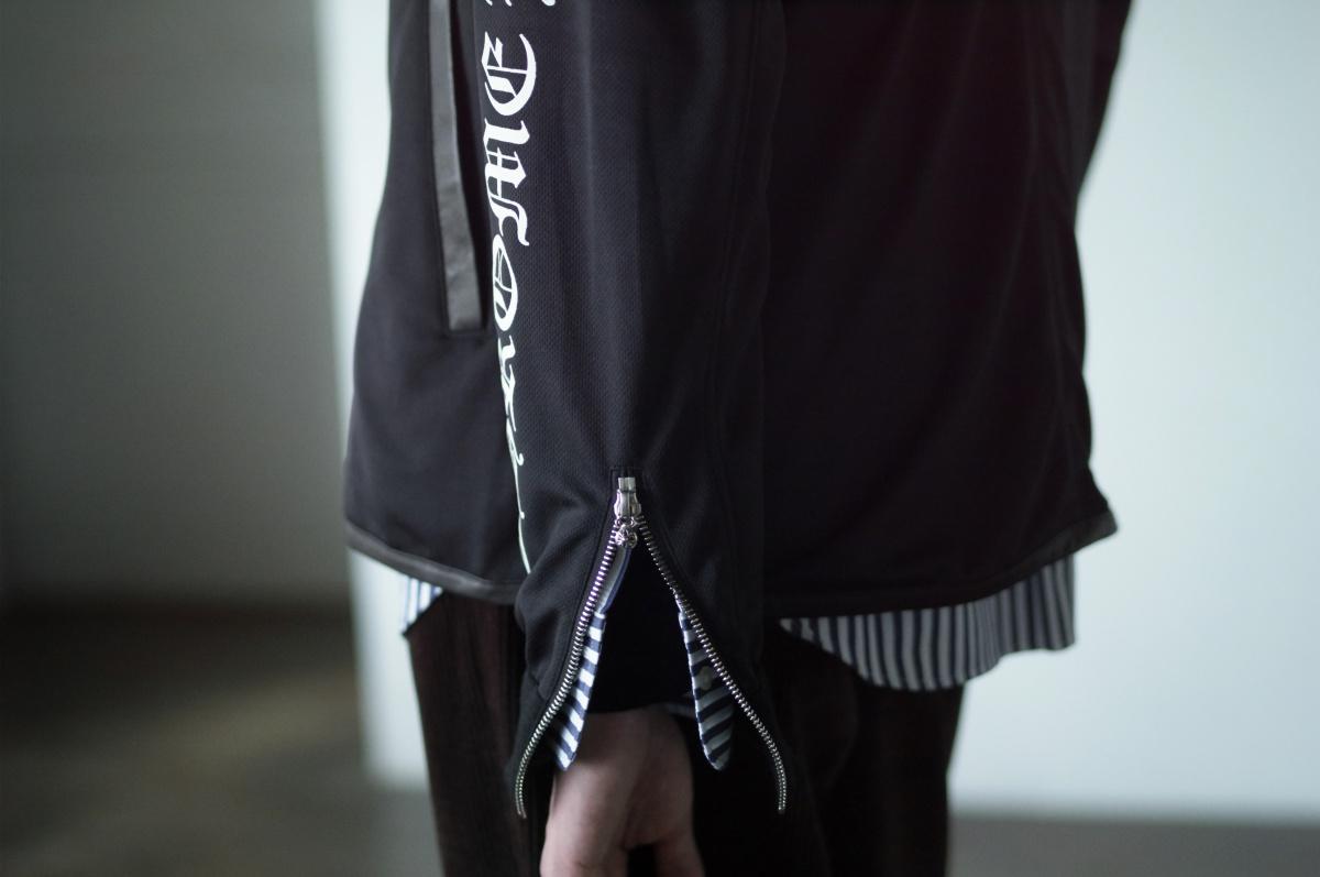 クロムハーツ――ロゴグラフィックが印象的な、トラックジャケット