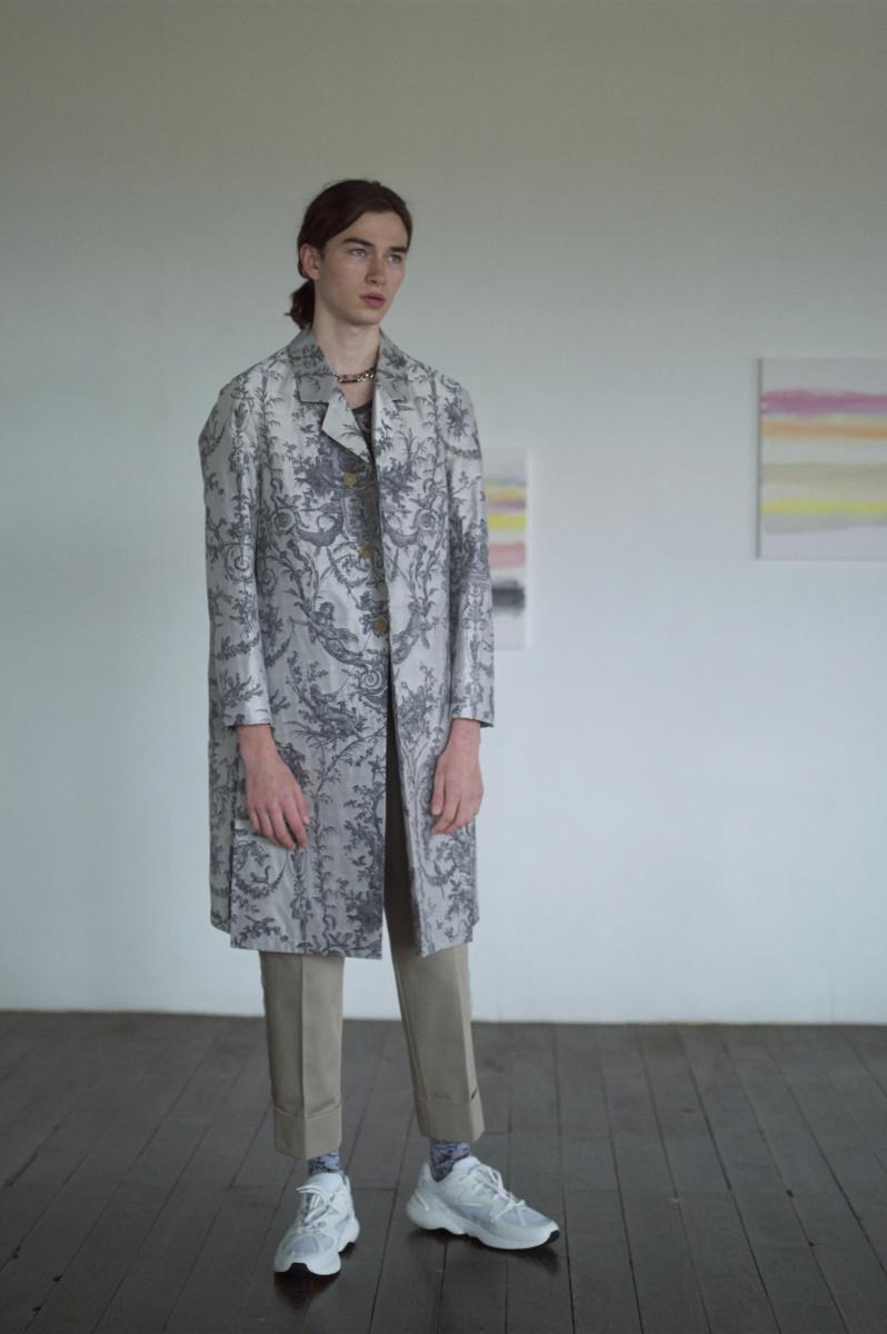 ディオール――タペストリーを纏う、華やかロングコート