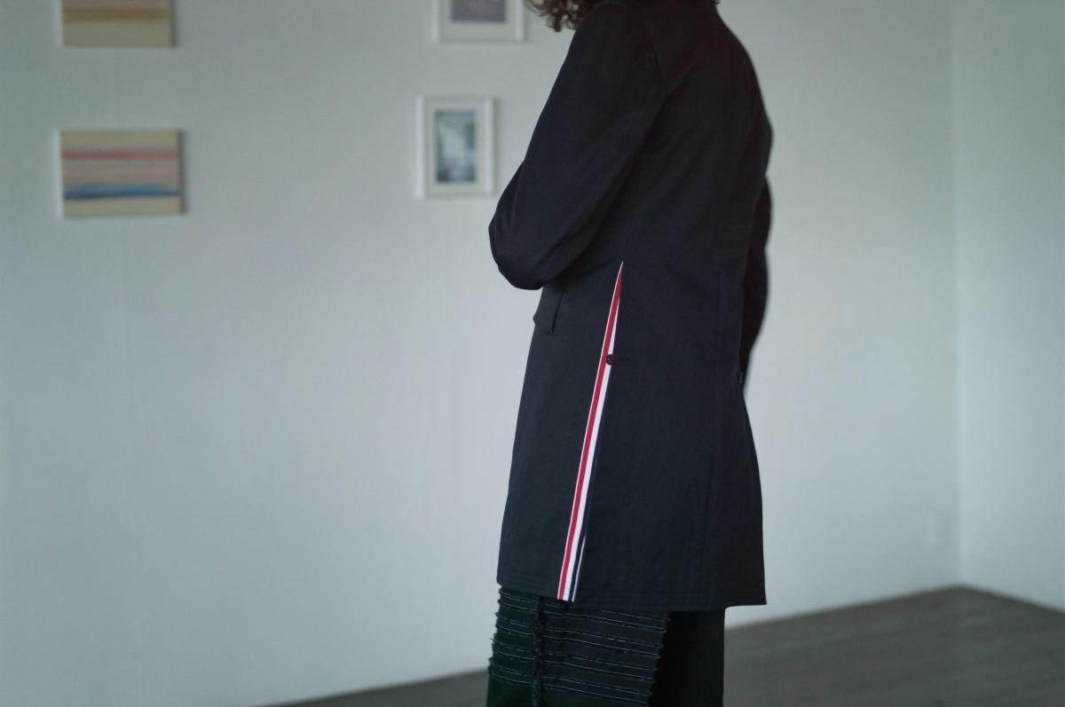 トム ブラウン――セットアップ発想で着る、紺のロングジャケット