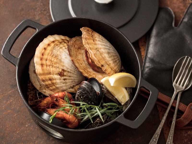 """""""本物""""のダッチオーブン「コンベック」で、旨味たっぷりの休日料理を楽しもう。"""