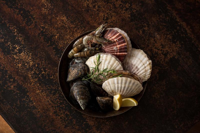 アウトドア気分で豪快に楽しむ、旨味が詰まった魚介の簡単スモーク。