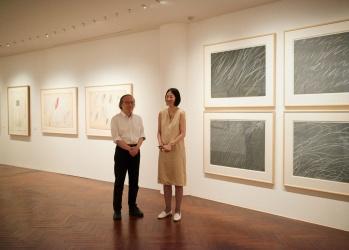 即興性と激情に満ちた世界を堪能する、原美術館「サイ トゥオンブリー:紙の作品、50年の軌跡」