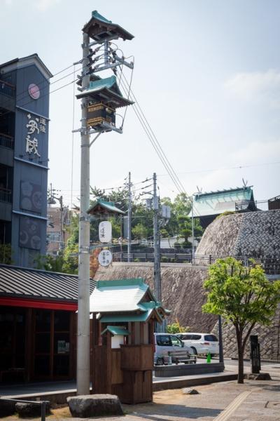 道後温泉本館近くに立つ、不思議な電柱の正体は?