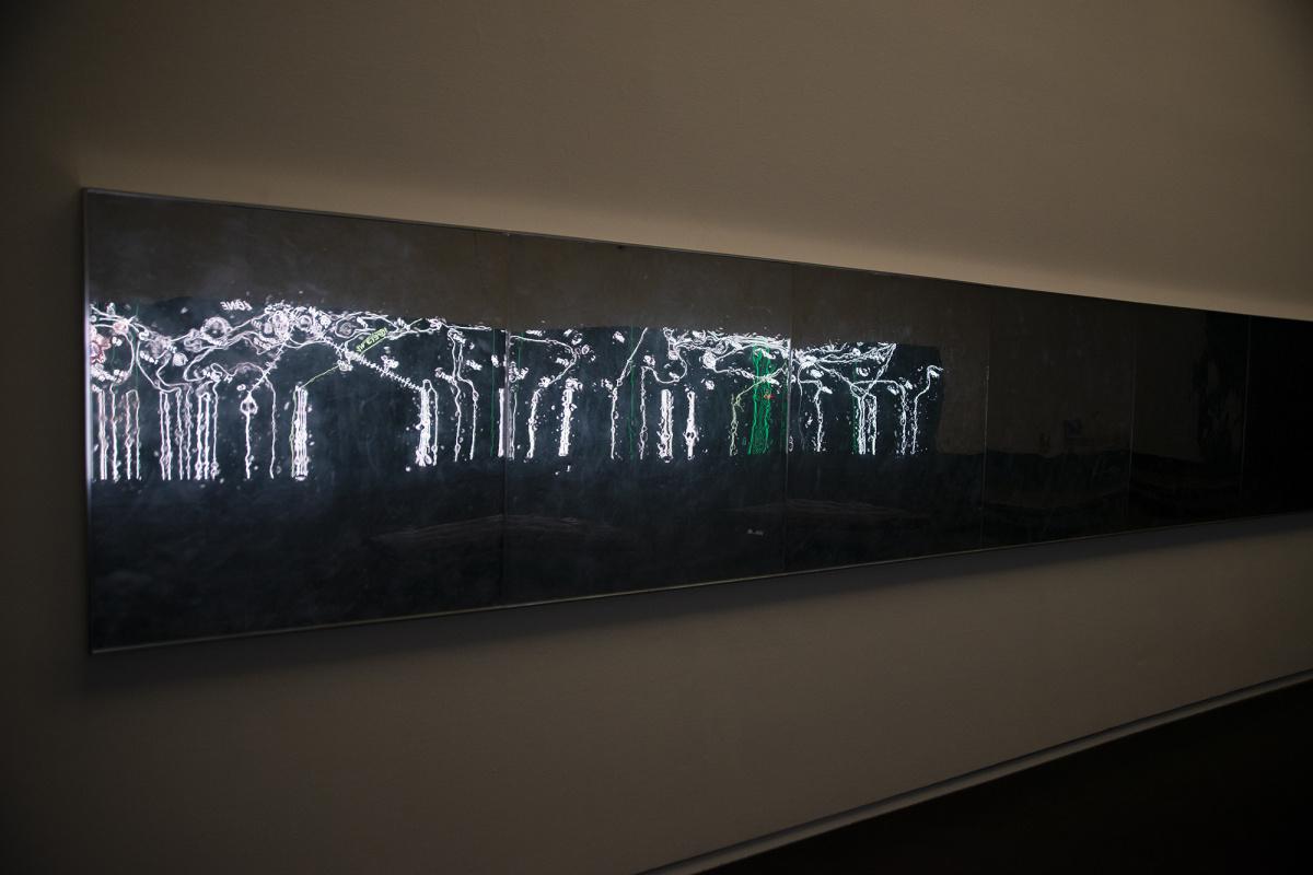 巨大LEDパネル上の情報が、物質化して迫りくる