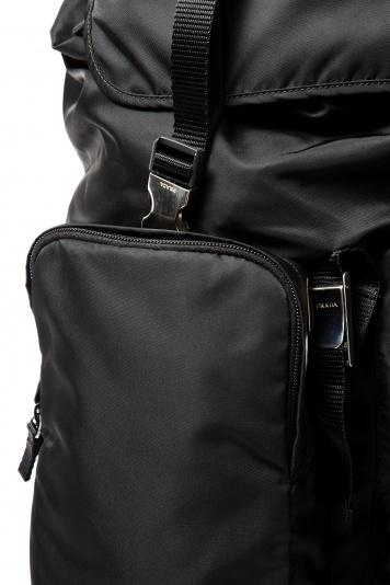 「プラダ」の名品バックパックは、機能性が際立つデザインが人気。