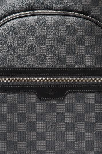 確かな品格を備えた、伝統のダミエ・パターンが際立つ「ルイ・ヴィトン」のバックパック