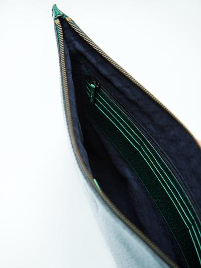 深いグリーンの「グッチ」は、金のチェーンストラップ付き。