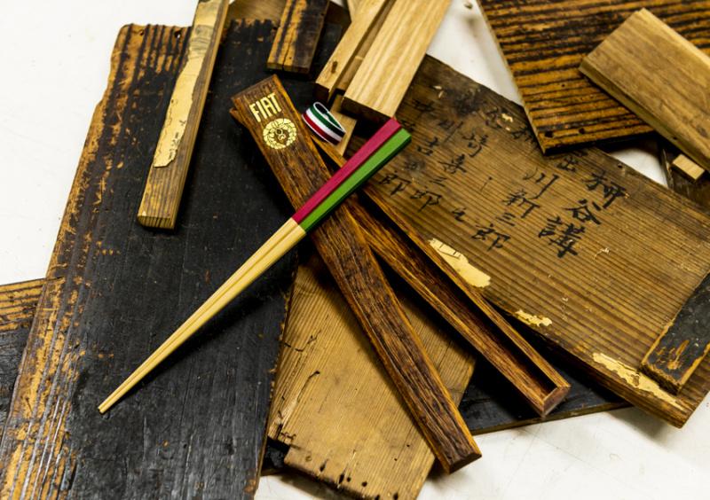 京都・長岡京の伝統文化が結び付けた、竹箸と古材を用いた箸箱。