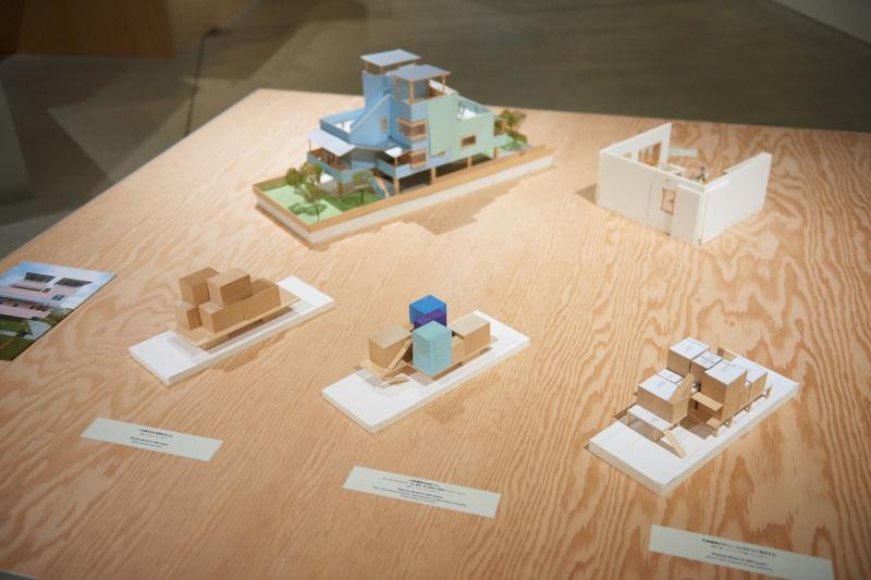 多彩な模型を並べ、創作のプロセスをあらわにする。
