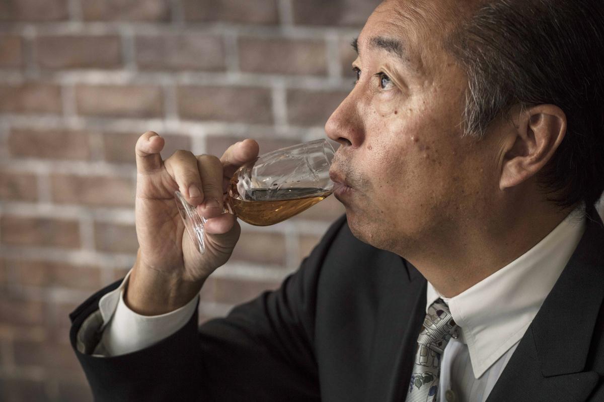 スプーン一杯の水が、ウイスキーに溶け込んでいる香りや味わいを解き放つ。