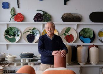 北欧と日本、布と陶——。 フィンランドが誇るデザイナー、石本藤雄さんのこれまでとこれから。