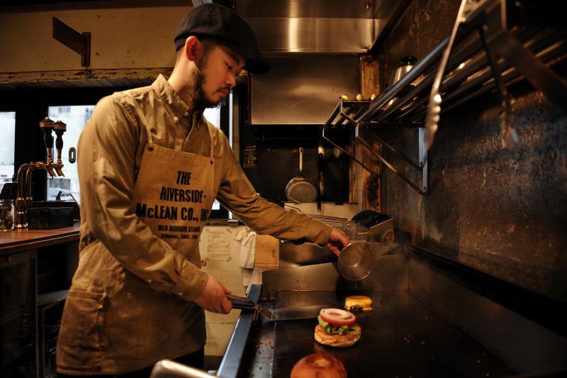 ブラックコーヒーが、ハンバーガーと相性がいい理由。