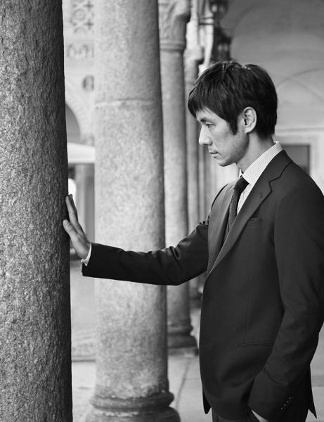 自分のためにつくられた服を纏って、イタリアの古都を歩く。