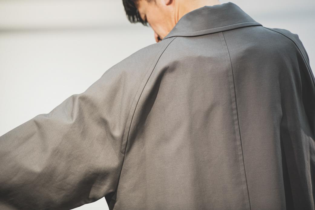 肩に羽織るロングコートの美しさ。