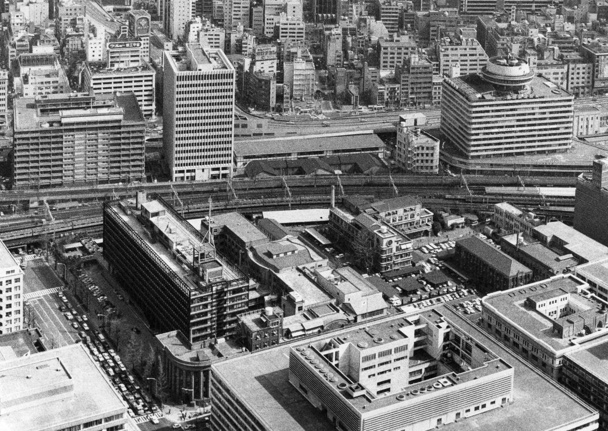 高層ビルの隣に、古い雑居ビルが密集する。