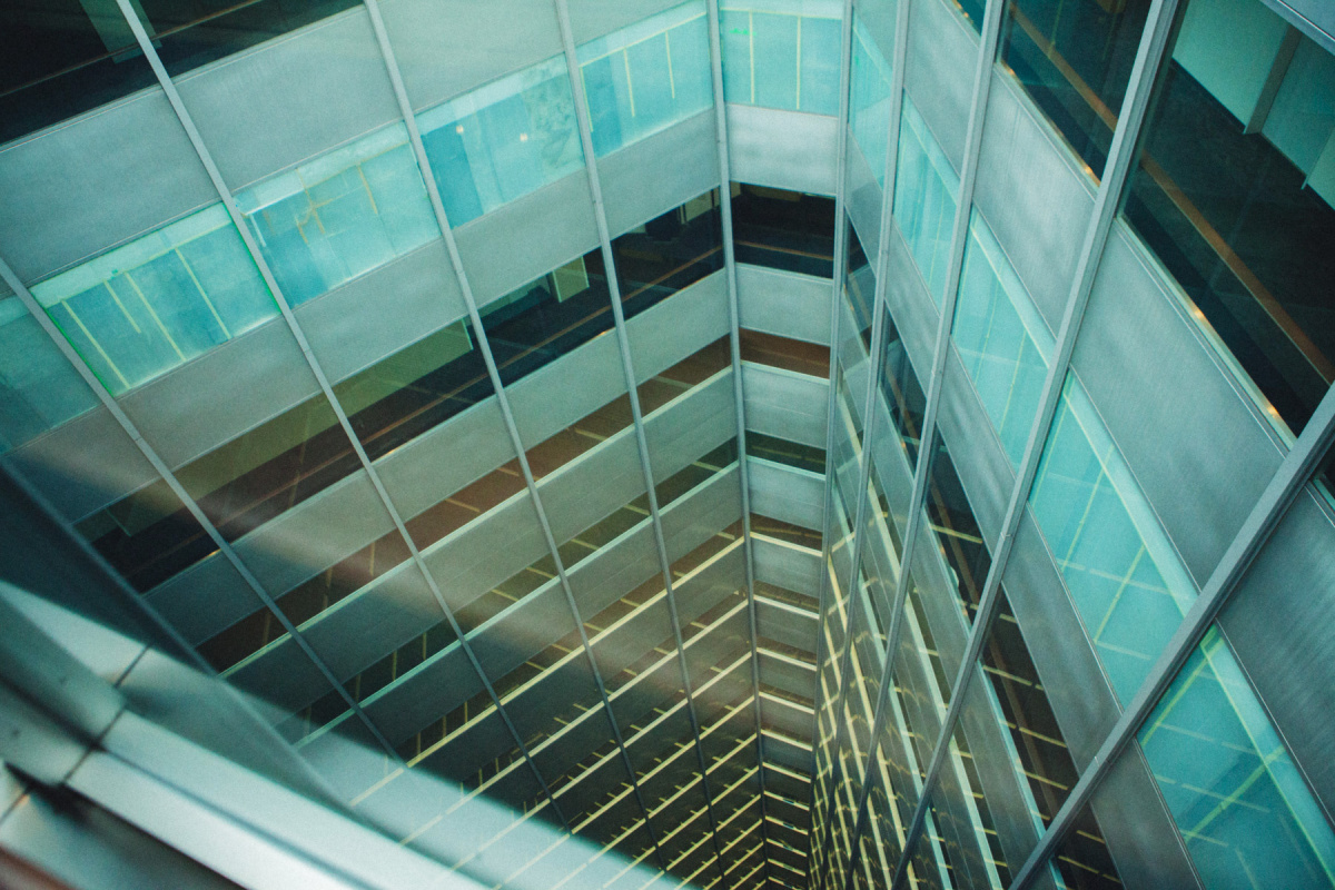 発展を象徴する高層ビル群も、いまやノスタルジーに。