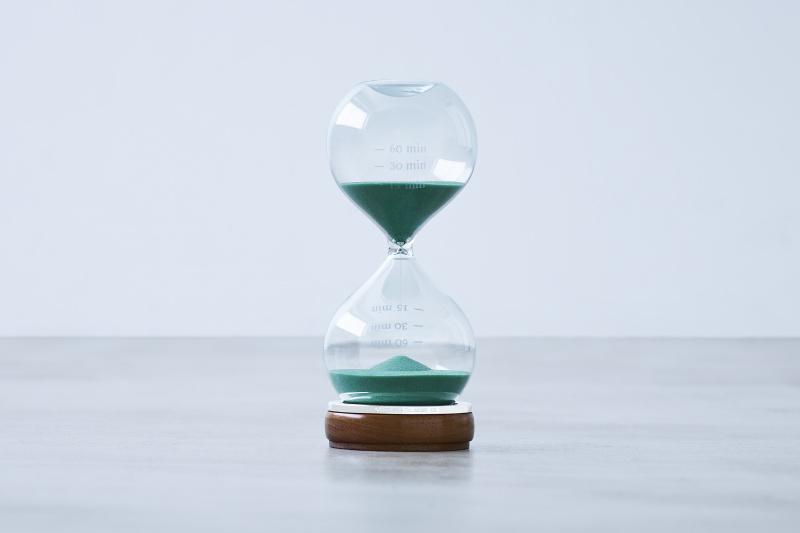 「ティファニー」の鮮やかなブルーの60分計砂時計