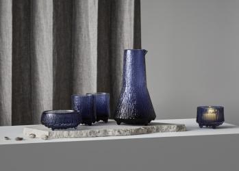 イッタラの「ウルティマ ツーレ」に新色が登場。夜のとばりで輝く、特別な色を纏うグラスです。