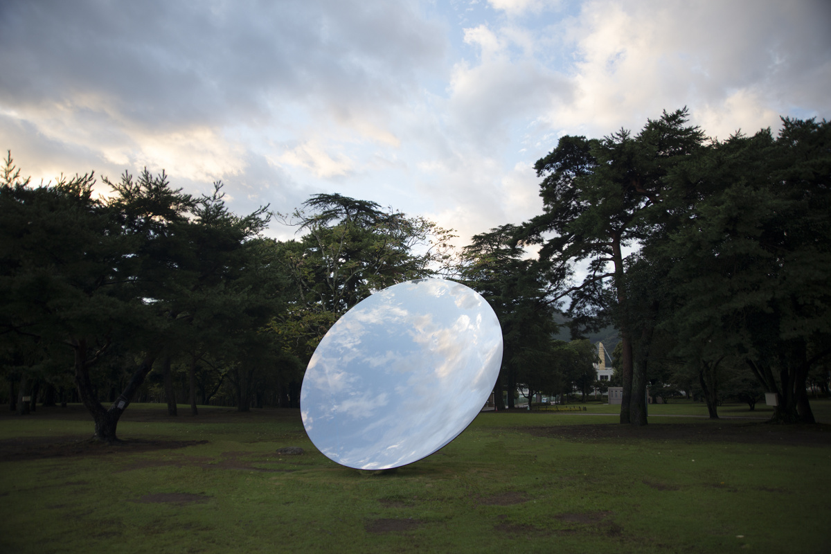 アニッシュ・カプーアの新作と日本初公開作品が別府に登場、アートで色づく大分へ!