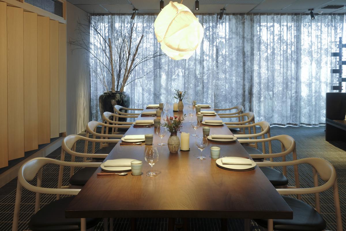 自然が削り出したラインを思わせる、「ジャリ」という名の特別な椅子。
