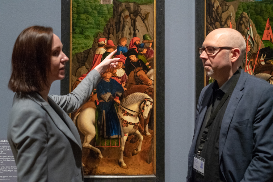絵に描かれた当時の道具も並ぶ、ゲント美術館の展示。