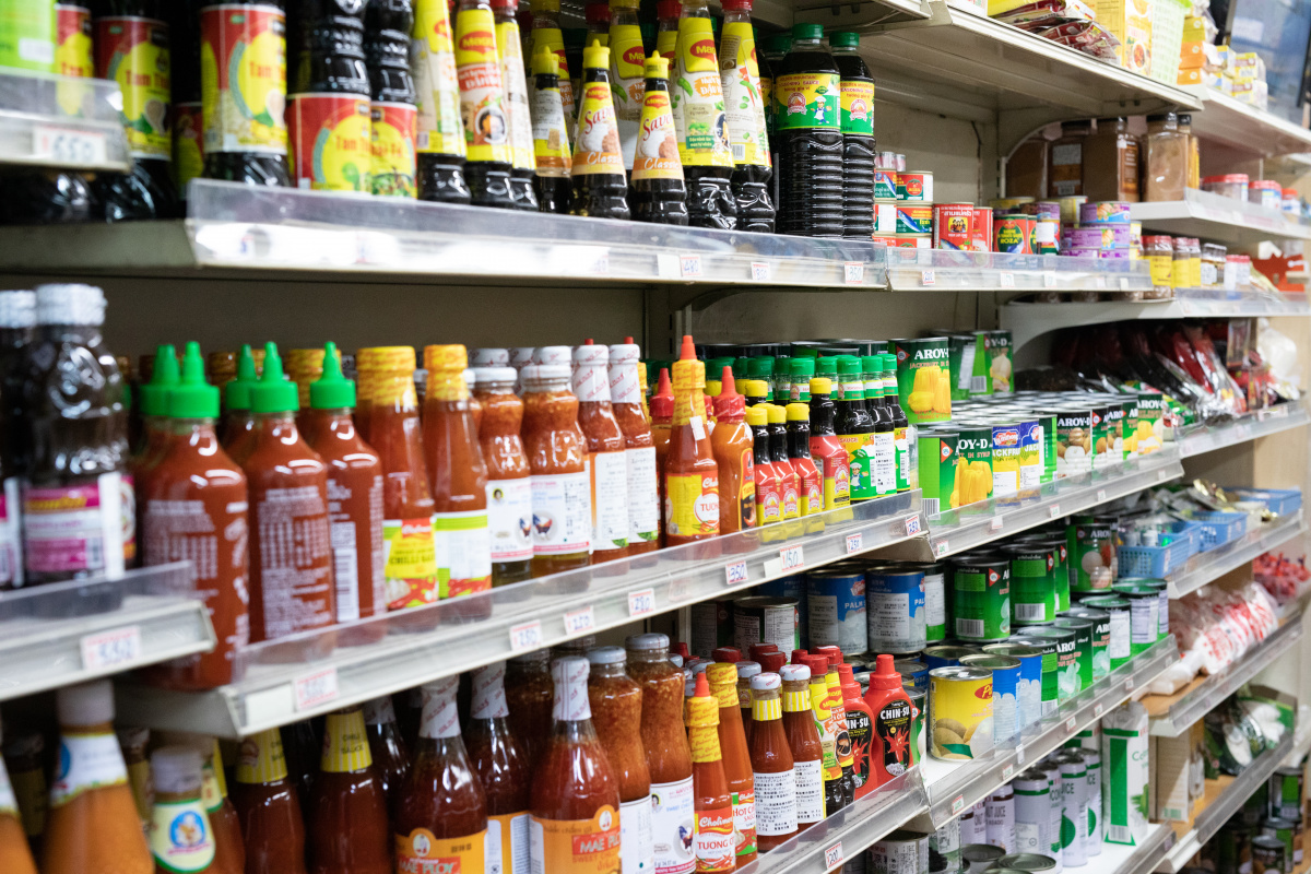 最終目的地は、新鮮な野菜や調味料が揃うアジア食材店。