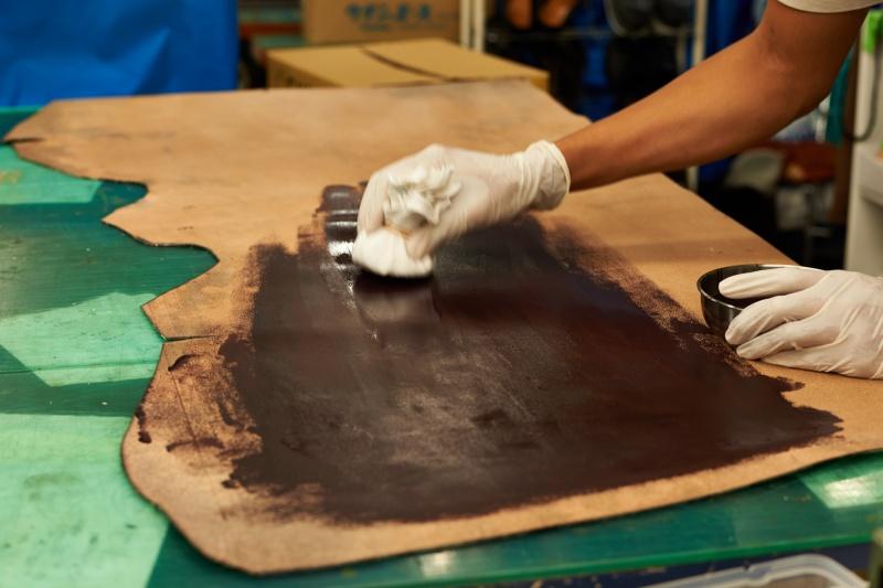 イギリスから取り寄せたレザーを、下町の町工場にて加工。
