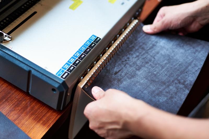 カキモリ店頭にて、いよいよノートの製本を。