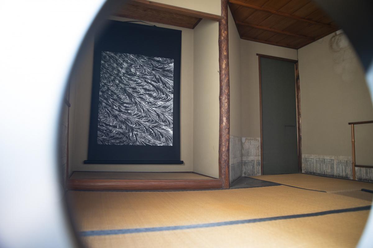 京都ならではの「空間」と、作品が呼応する。