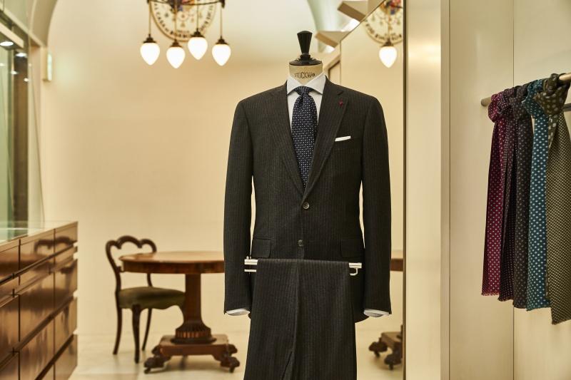 イタリアの正統派スタイルを堪能できる、ネイビーの小紋タイ
