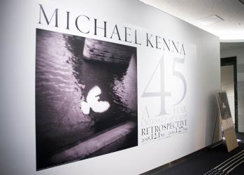 風景を抽象化する写真家、マイケル・ケンナ。日本初となる回顧展を見逃すな。