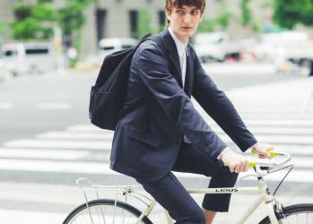 心地よいスーツスタイルは、オーダーメイド「モダンテーラード」ラインで手に入れる。