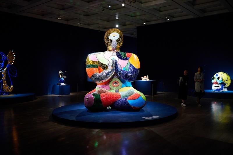 仏像をモチーフとした、巨大でカラフルな彫像。