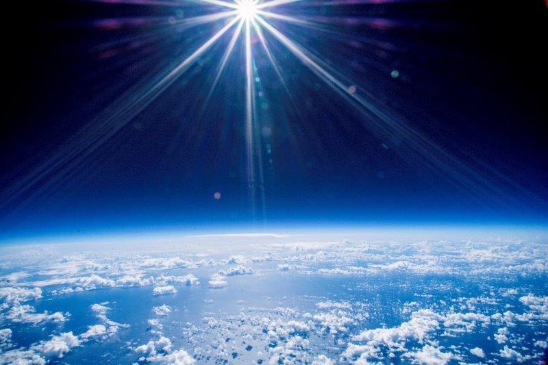 不可能を可能にする、新型「日産リーフ」と宇宙へ飛ぶ風船。