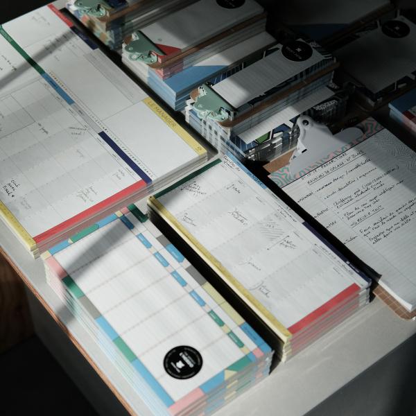 デジタル時代ならではの、温もりとユーモアに満ちた紙ものブランド