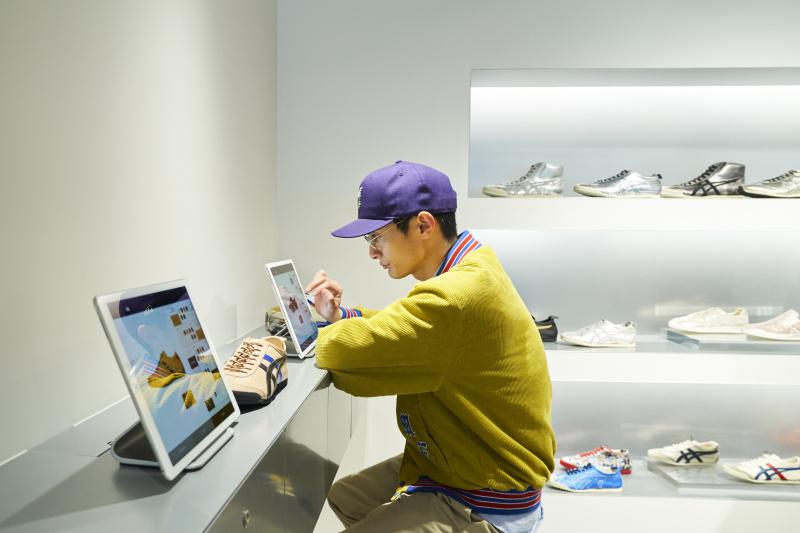 俳優・高良健吾が「オニツカタイガー」で、毎日履きたくなるスニーカーをカスタムオーダーしました。