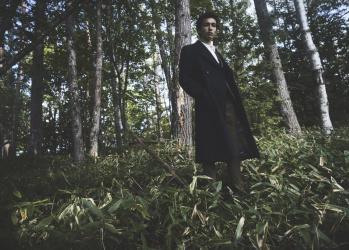 ポール・スミスの美的コートが生む、ドラマチックな情景。