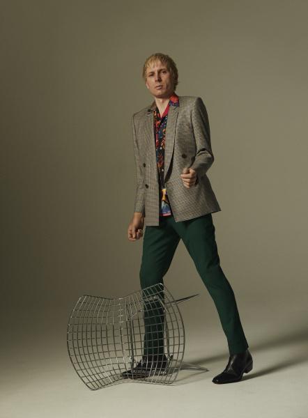 英国のバンド、フランツ・フェルディナンドのアレックス・カプラノスが、ポール・スミスの南国プリントを着る。