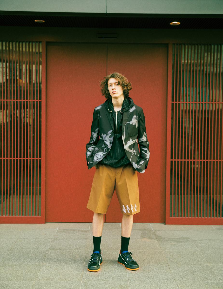 アートに触発された今季のポール・スミス。そのアーティーな服が、街に溢れる色を、表現のスパイスにする。