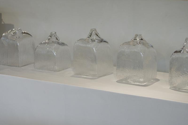 廃材の型枠でつくった、ガラスの表情がすべて異なる花瓶。