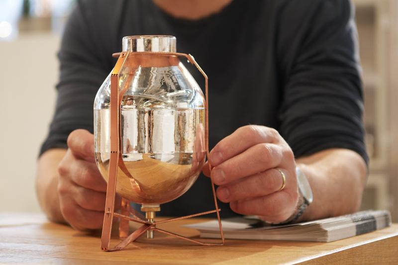 宇宙からやってきたような、一目惚れを誘う花瓶。